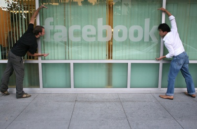 חלון עם לוגו פייסבוק. צילום: Scott Beale, Laughing Squid, cc-by-nc-nd