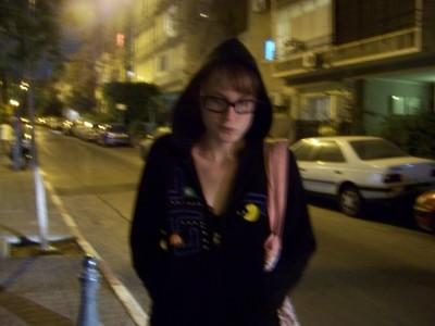 רותם שפר לבושה בסווטשרט פקמן שרקמה. צילום: עידו קינן, cc-by-sa