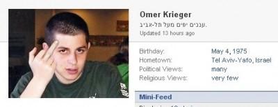 גלעד שליט זוקר אצבע משולשת בפייסבוק של עומר קריגר