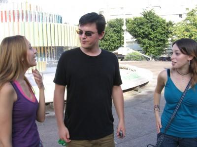 עדי פרימרמן, מט הרדינג וליטל מייזל בכיכר דיזנגוף. צילום: cc-by-sa