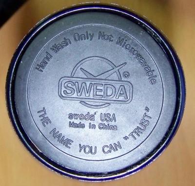 כיתוב בתחתית ספל תרמי של Sweda. צילום: עידו קינן, cc-by-sa