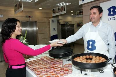 מנכ''ל בזק אבי גבאי מגיש ארוחת בוקר לעובדת מופתעת, עלק. צילום: פז בר, יחצנות בזק
