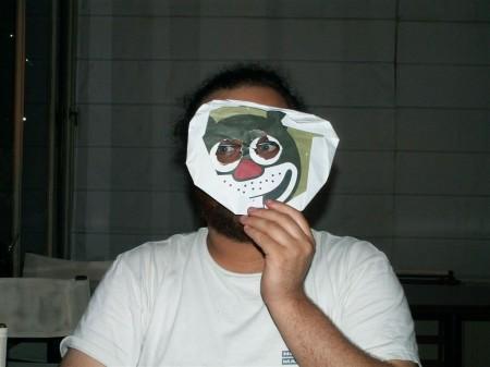 עידוק מסתתר מאחורי מפית של מוזס. צילום: יהונתן קלינגר (cc-by-sa)