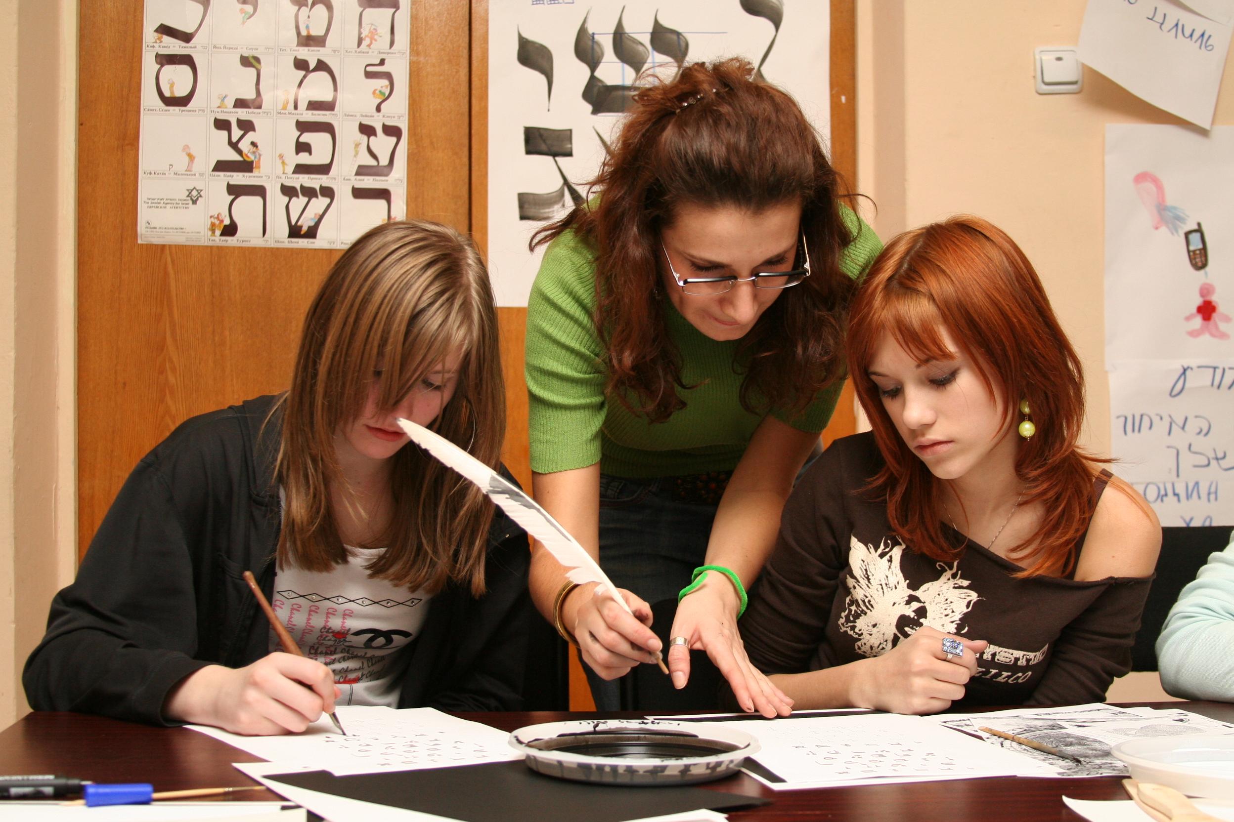 תלמידים לומדים עברית באולפן 🖼️ הסוכנות היהודית (cc-by-nc-sa)