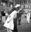 ביבי גאמפ והנשיקה של חייל הנייבי עם חברתו, מאת לי חורי