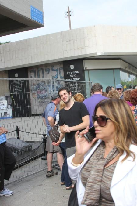 דור מוסקל ליד האנדרטה לרצח רבין. צילום: עידו קינן