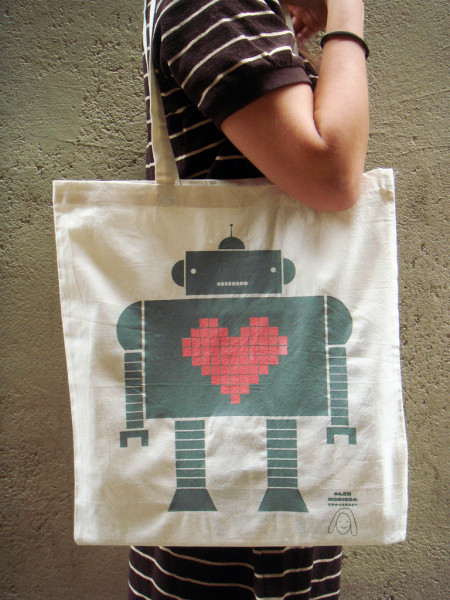 תיק קניות  עם ציור של רובוט, של אלכס נורי נורייגה וסירנה קון ג'רזי. צילום: Roselló Gené (cc-by-nc-nd)