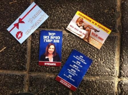 כרטיס של שלי יחימוביץ' לצד כרטיסי זונות, קרליבך פינת לינקולן, תל אביב. צילום: נדב עבודי