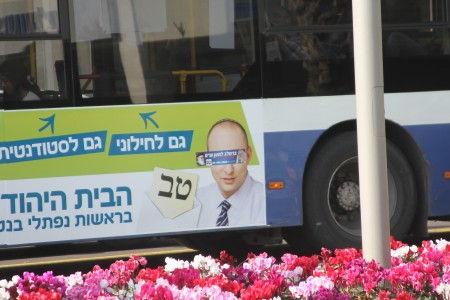 שיבושלטים - מדבקה של שס על שלט אוטובוס של נפתלי בנט. צילום: עידו קינן