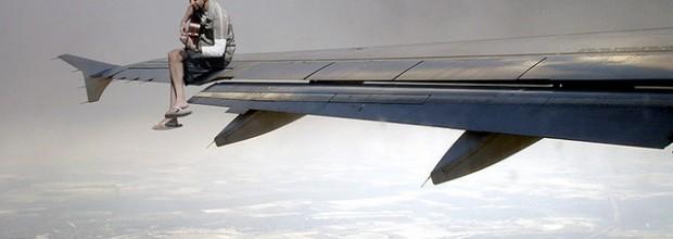 איש על כנף מטוס. איור: cheb. odegaard (cc-by)