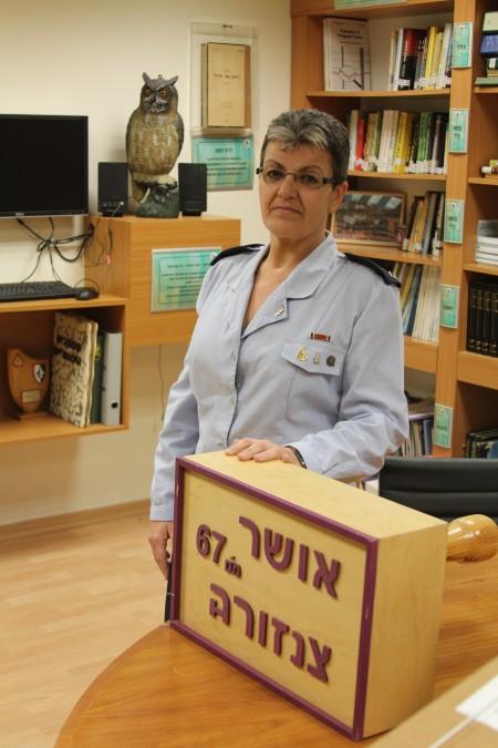 הצנזורית הצבאית הראשית בשנים 2005-2015, תא''ל סימה וואקנין-גיל, בספריה במשרדי הצנזורה ברחוב קפלן בתל אביב. צילום: עידו קינן, חדר 404