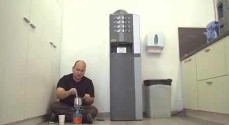 כלכליסט חוסכים בקפה. צילום מסרטון כלכליסט