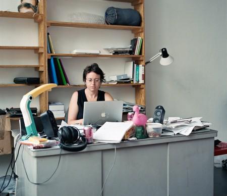 צילה חסין בסטודיו שקיבלה כחלק ממלגת שיכון אמן ב-Jan van Eyck בהולנד, 2008. צילום: לילו באואר