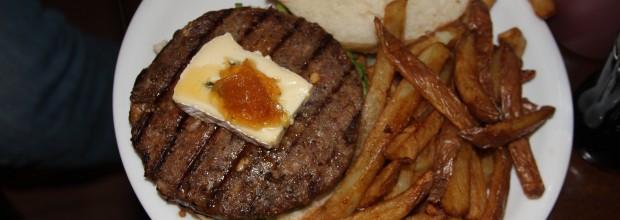 המבורגר במסעדת יומנגס. צילום: עידו קינן