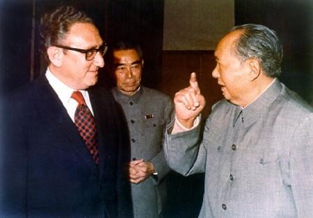 ג'ו אן לאי, מאו דזה-דונג והנרי קיסינג'ר בפגישה בשנות השבעים של המאה ה-20. צילום: אוליבר אטקינס (נחלת הכלל)