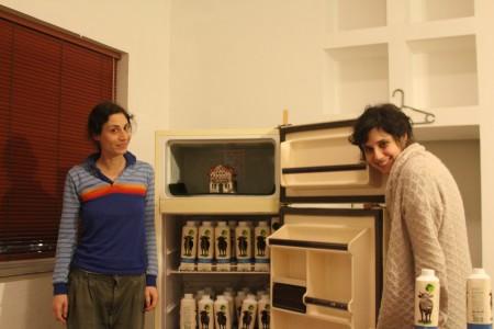 """במאית """"היידי"""" אנה ויילד והכותבת והשחקנית ענבל יומטוביאן. צילום: עידו קינן"""