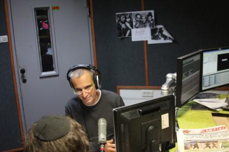 """אברי גלעד ואבישי בן חיים באולפן גל""""צ. צילום: עידו קינן"""