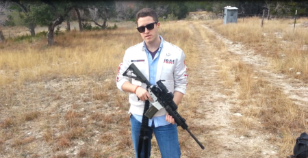 קודי ווילסון עם רובה מתלותפס. תמונה: Kamenev (cc-by-sa)
