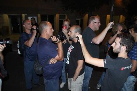 שוטרים ומפגינים מצלמים זה את זה בהפגנה בירושלים. צילום: ערן עוז