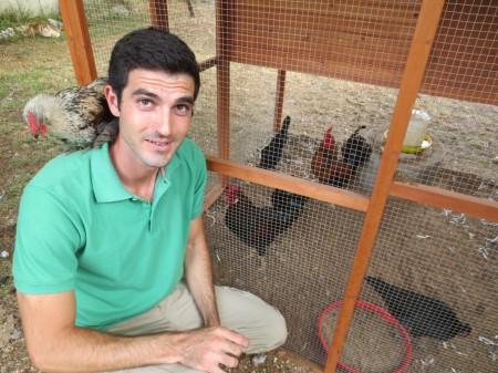 איתי מגידו עם תרנגולות. צילום: אלעד מגידו