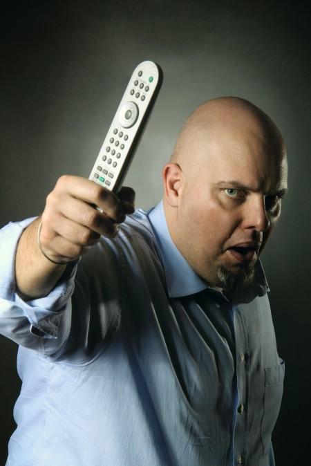 איש עם שלט טלוויזיה. צילום: Captblack76 / Shutterstock