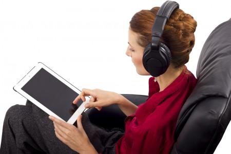 אישה צופה בטלוויזיה על גבי טאבלט. צילום:  Rommel Canlas / Shutterstock