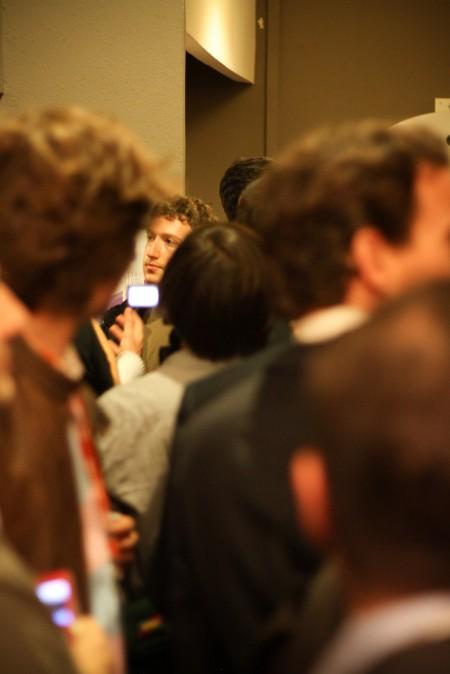 מארק זאקרברג בין קהל אנשים. צילום: Maurice Svay, cc-by-sa