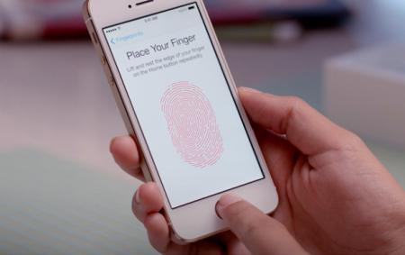 ממשק הזנת טביעת אצבע באייפון 5S. צילום: אפל