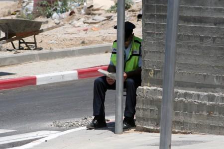 שוטר קורא (למצולם אין קשר לכתבה). צילום: שלומי יוסף (cc-by)