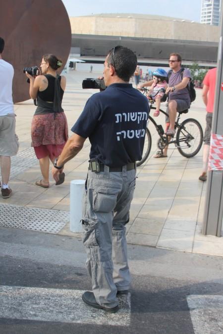 שוטר מצלם מפגינה מצלמת. צילום: עידו קינן, חדר 404 (cc-by-sa)
