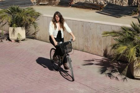 אסנת סקובלינסקי על האופניים. צילום: הלן ינובסקי