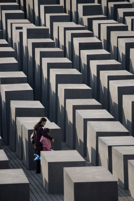 Holocaust Memorial: Mother & Kid. צילום: Sebastian Niedlich (cc-by-nc-sa)