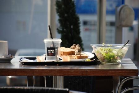 דרורים אוכלים לחם של ארומה. צילום: אור הילטש (cc-by-nc)