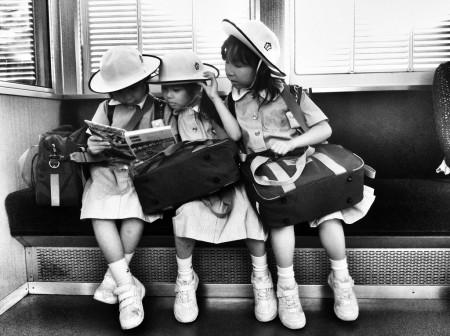 ילדות יפניות קוראות בספר. צילום:  1Q78 (cc-by-nc-nd)