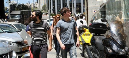 ג'וליאן (מימין) ומושון זר-אביב בישראל, השבוע