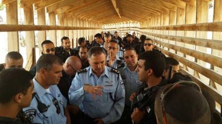 """מפכ""""ל המשטרה דנינו מתדרך הלוחמים במזרח ירושלים. צילום: חטיבת דובר המשטרה"""