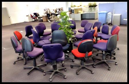 כסאות משרדיים סביב עציץ. צילום: Steve Koukoulas (cc-by-nc-nd)