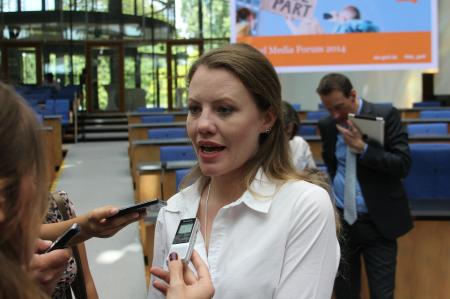 שרה הריסון מוויקיליקס משיבה לשאלות עיתונאים בכנס של דויטשה וולה בבון, 7.2014. צילום: עידו קינן, חדר 404