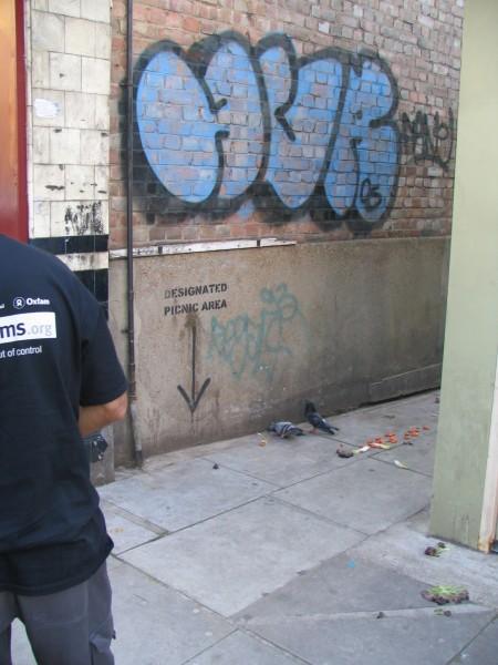 """""""אזור מוכרז לפיקניק"""", גרפיטי בלונדון. צילום: עופר ברנשטיין"""