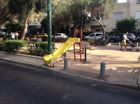 מגלשה מובילה לכביש, שדרות בן גוריון, תל אביב. צילום: שגיא בן נון