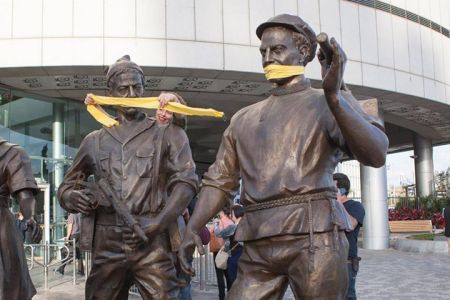 המחאה של נעמה ריבה וניצן קלוש נגד פסל עזריאלי. צילום: דור נבו