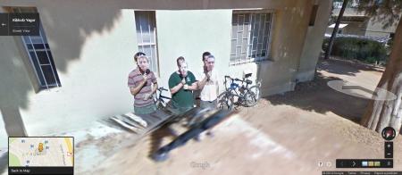 בן קול, ניב מדלינגר וחבר שלישי במסיכות מפוקסלות בצילום של גוגל סטריט ויו