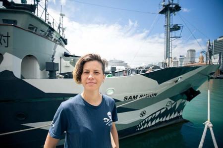 מרינה גרודינסקי ליד הספינה סם סיימון. צילום: סי שפרד