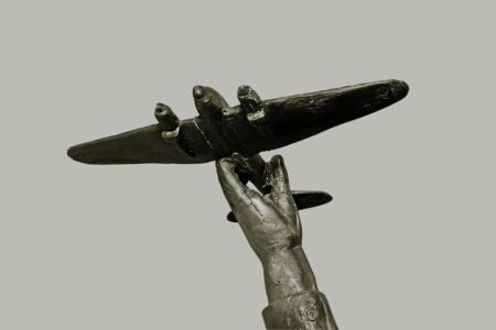 ילד מחזיק מטוס צעצוע. צילום: Leo Reynolds (cc-by-nc-sa)