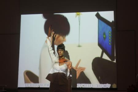 """מיה אופיר מגנט בהצגתה """"מתי נתממשק?"""". צילום: עידו קינן"""