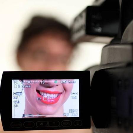 """מיה אופיר מגנט בחזרות להצגתה """"מתי נתממשק?"""". צילום: ענבל הרשטיג"""