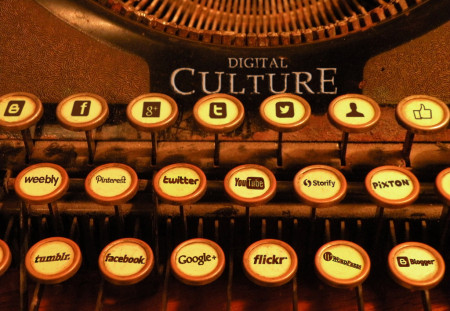 """Digital"" typewriter. צילום: Kristin Nador; עיבוד: lux05 (רשיון cc-by-nc-sa)"