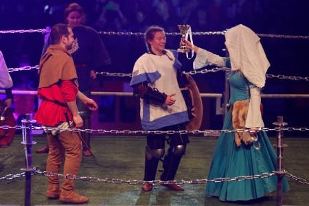 אירה רוגוזובסקי זוכה בגביע בטורניר הבינלאומי 2015 לקרבות אבירים. צילום: אריאל שרוסטר