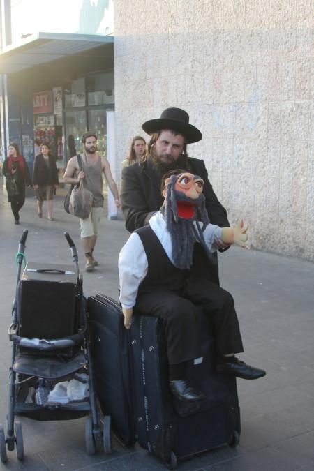 בניהו כהן והבובה רבי שלמק'ה בהופעה ליד התחנה המרכזית בירושלים, 3.2015