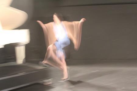 שרה רוזנוייר בחזרות להצגה  Out of Mea Shearim. צילום: עידו קינן, חדר 404